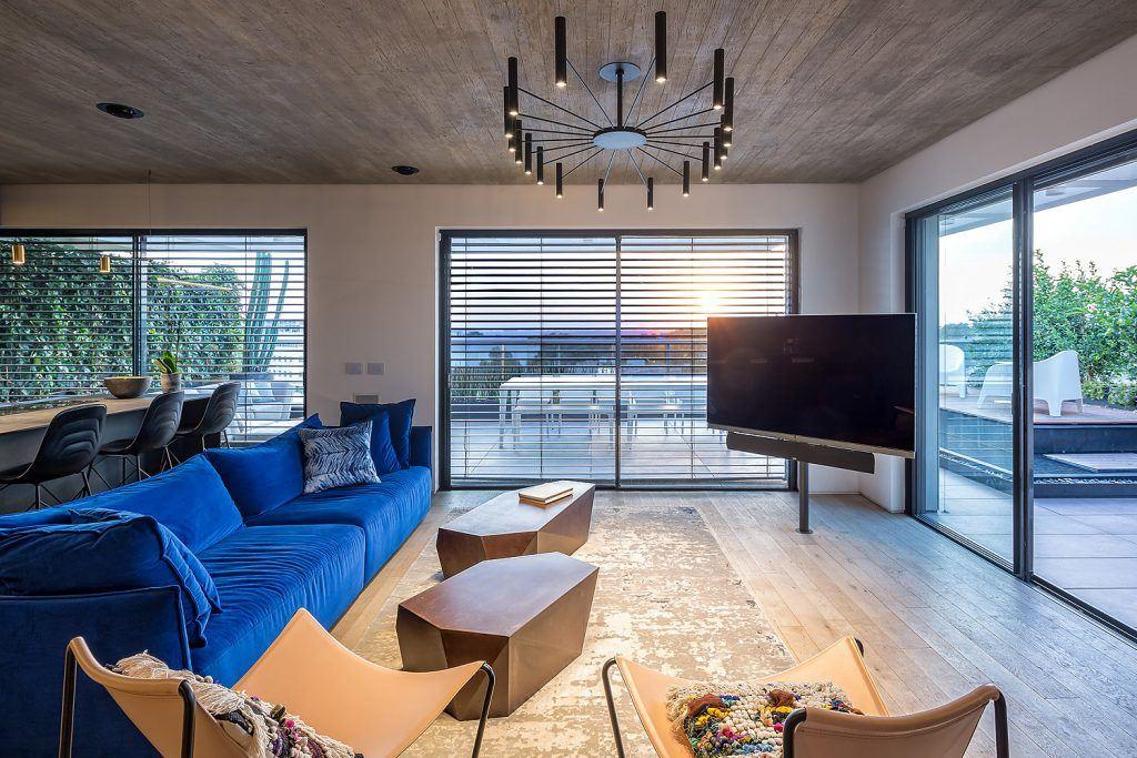 איך לבצע בחירה נכונה של גופי תאורה מעוצבים לסלון?