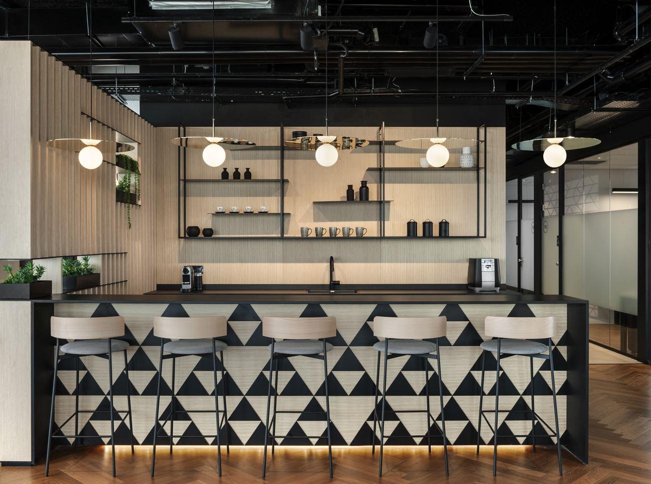 Innovation Offices גופי תאורות מעל בר הקפה בעיצובו של קמחי דורי