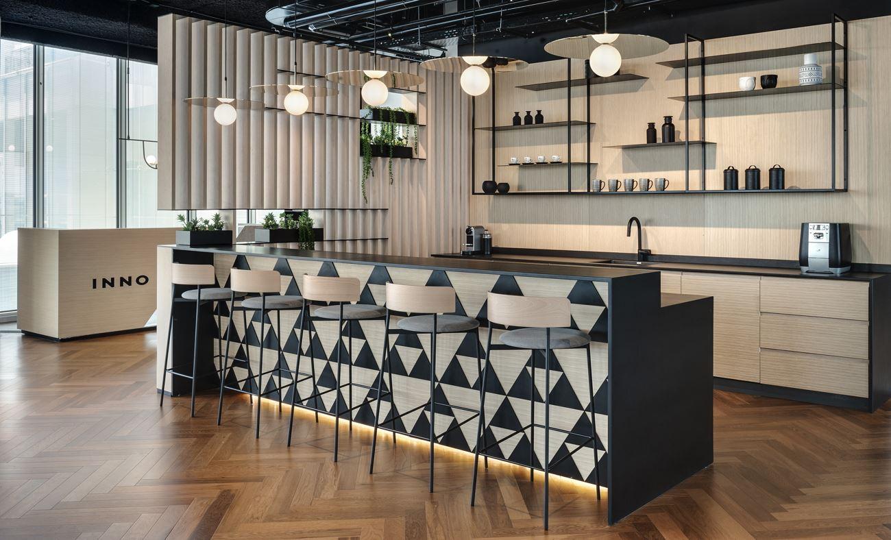 Innovation Offices תכנון גופי תאורה מעל בר הקפה בעיצוב של קמחי דורי