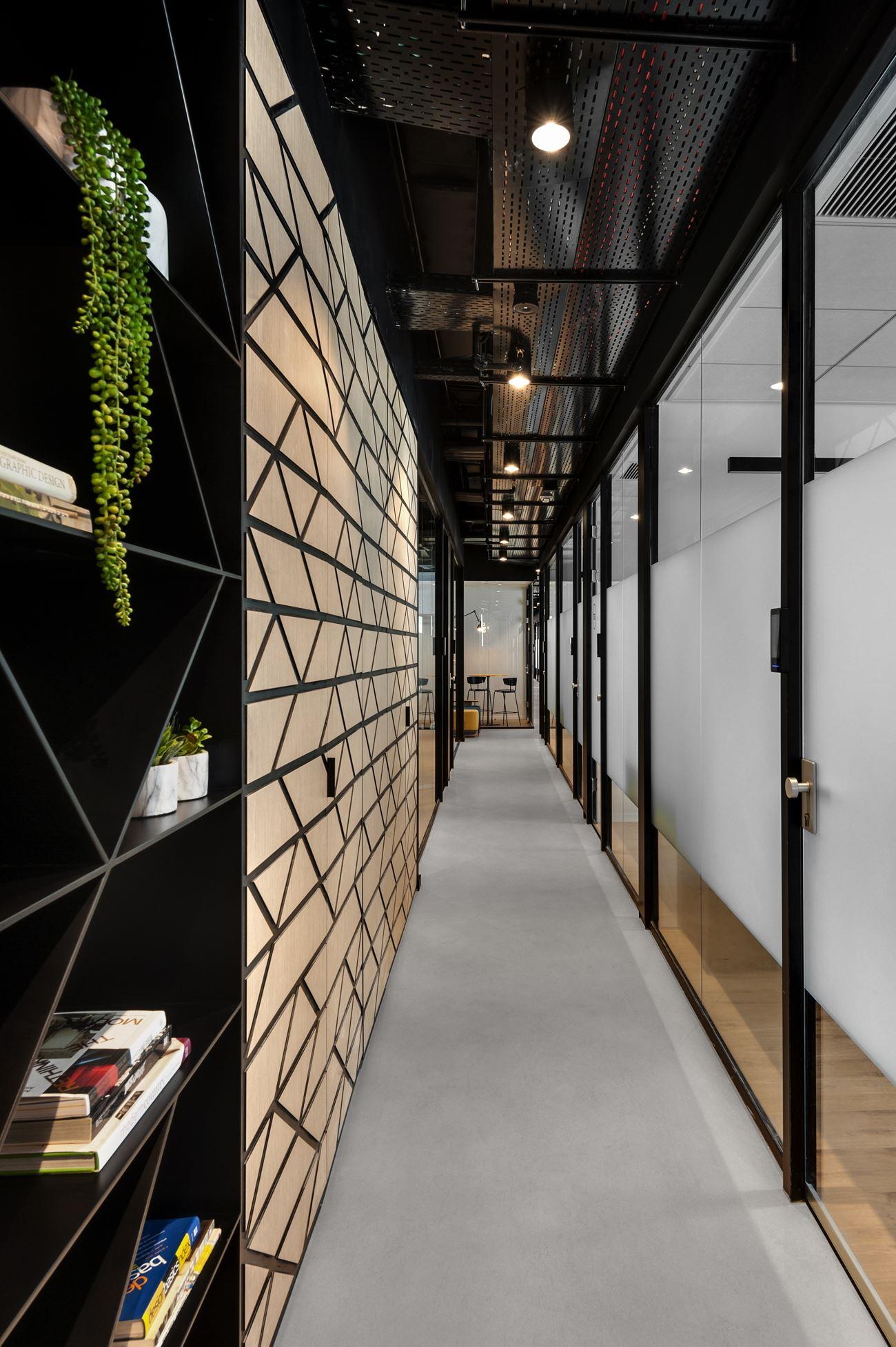 Innovation Offices עיצוב תאורה בתקרת המסדרון בעיצוב של קמחי דורי