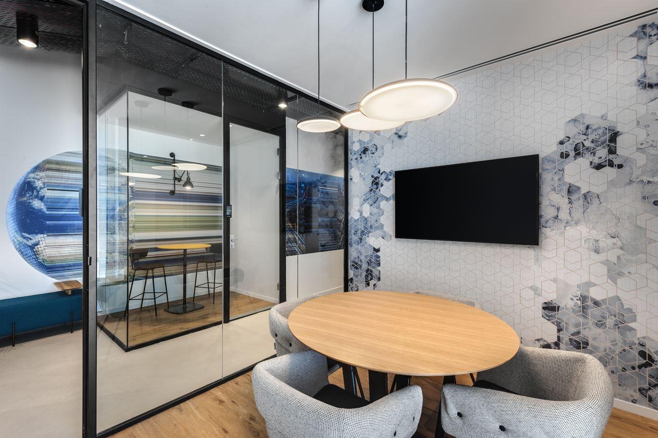 Innovation Offices גופי תאורה המותאמים לחדר ישיבה קטן בעיצובו של קמחי דורי