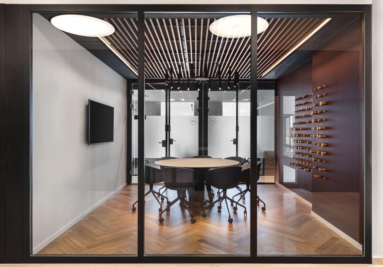 Innovation Offices גופי תאורה המאירים חדר ישיבות בתכנון קמחי דורי