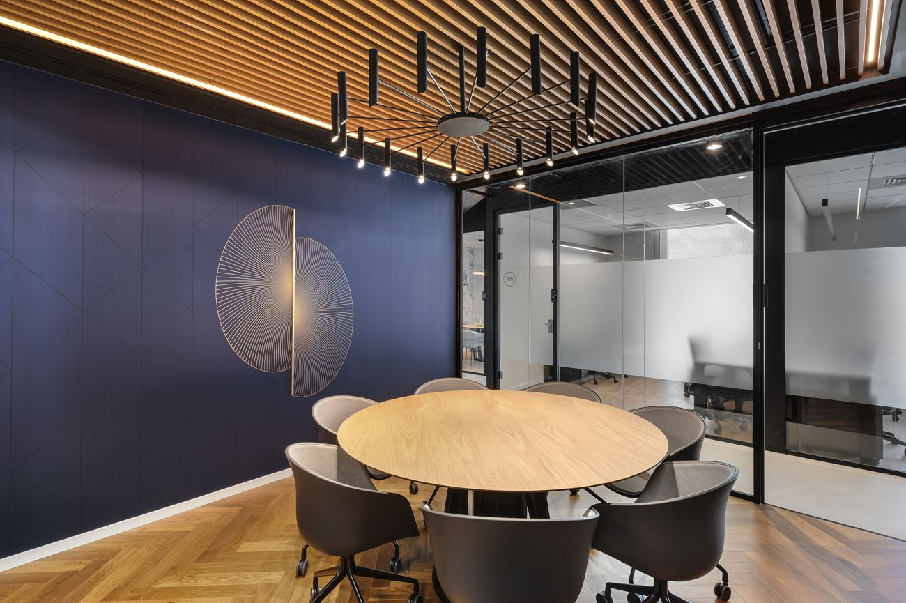 Innovation Offices תאורה מעל שולחן ישיבות נעשה על ידי קמחי דורי