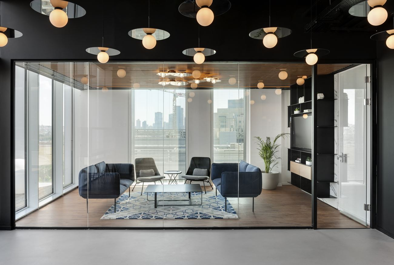 Innovation Offices גופי תאורה מחוץ לחדר ישיבות על ידי קמחי דורי