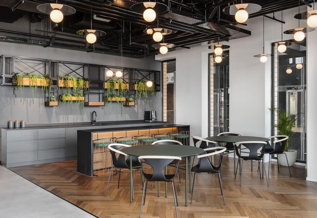 עיצוב מיוחד של גופי תאורה במרחב המשרד בעיצובו של קמחי דורי