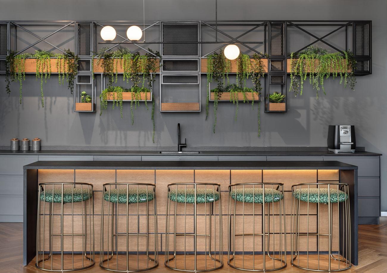 Innovation Offices בר המטבח מואר בגוף תאורה מיוחד הנעשה על ידי קמחי דורי