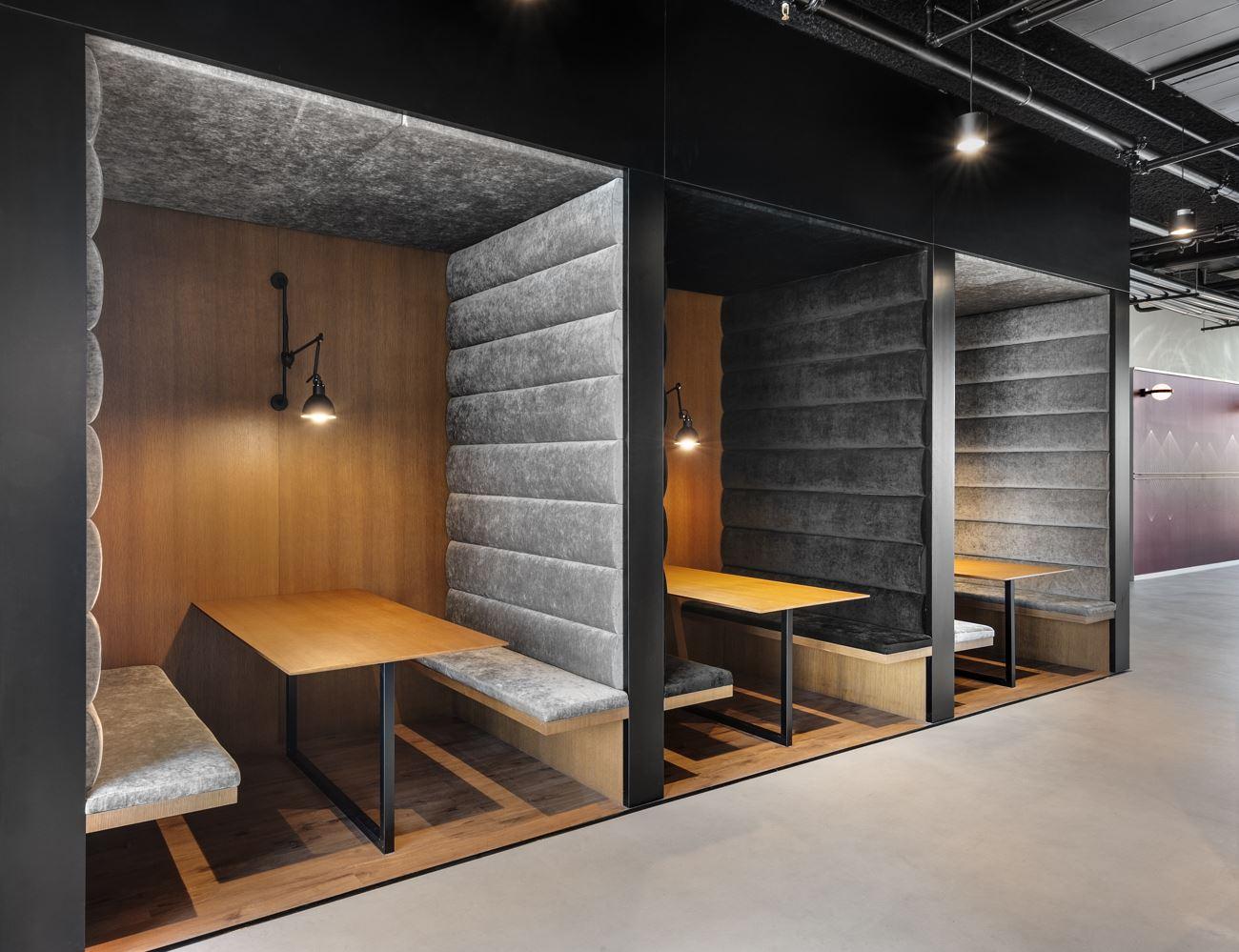 Innovation Offices שלחנות האוכל מוארים בגוף תאורה מיוחד ומעוצב על ידי קמחי דורי