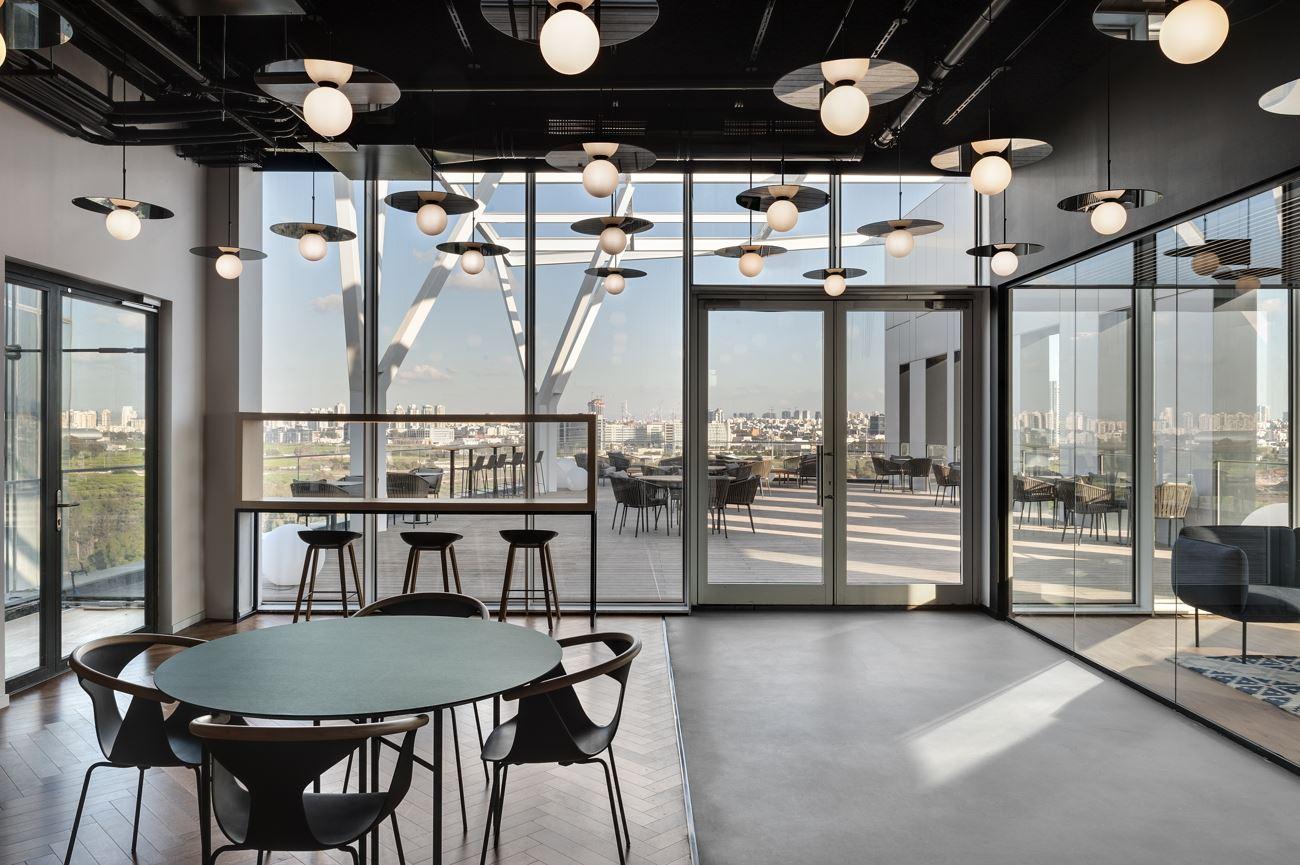 Innovation Offices לובי המשרד מואר בגופי תאורה רבים ומיוחדים בתכנון קמחי דורי