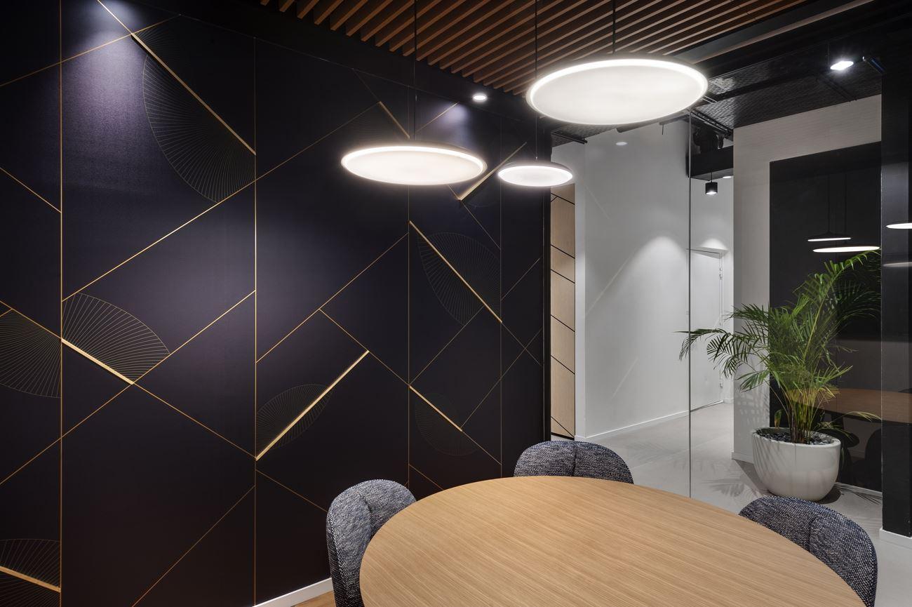 Innovation Offices גוף תאורה מיוחד מעל שולחן במשרד נעשה על ידי קמחי דורי