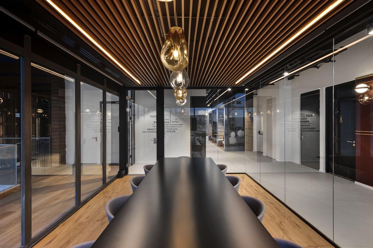 Innovation Offices שולחן ישיבות מואר בגוף תאורה מעוצב על ידי קמחי דורי
