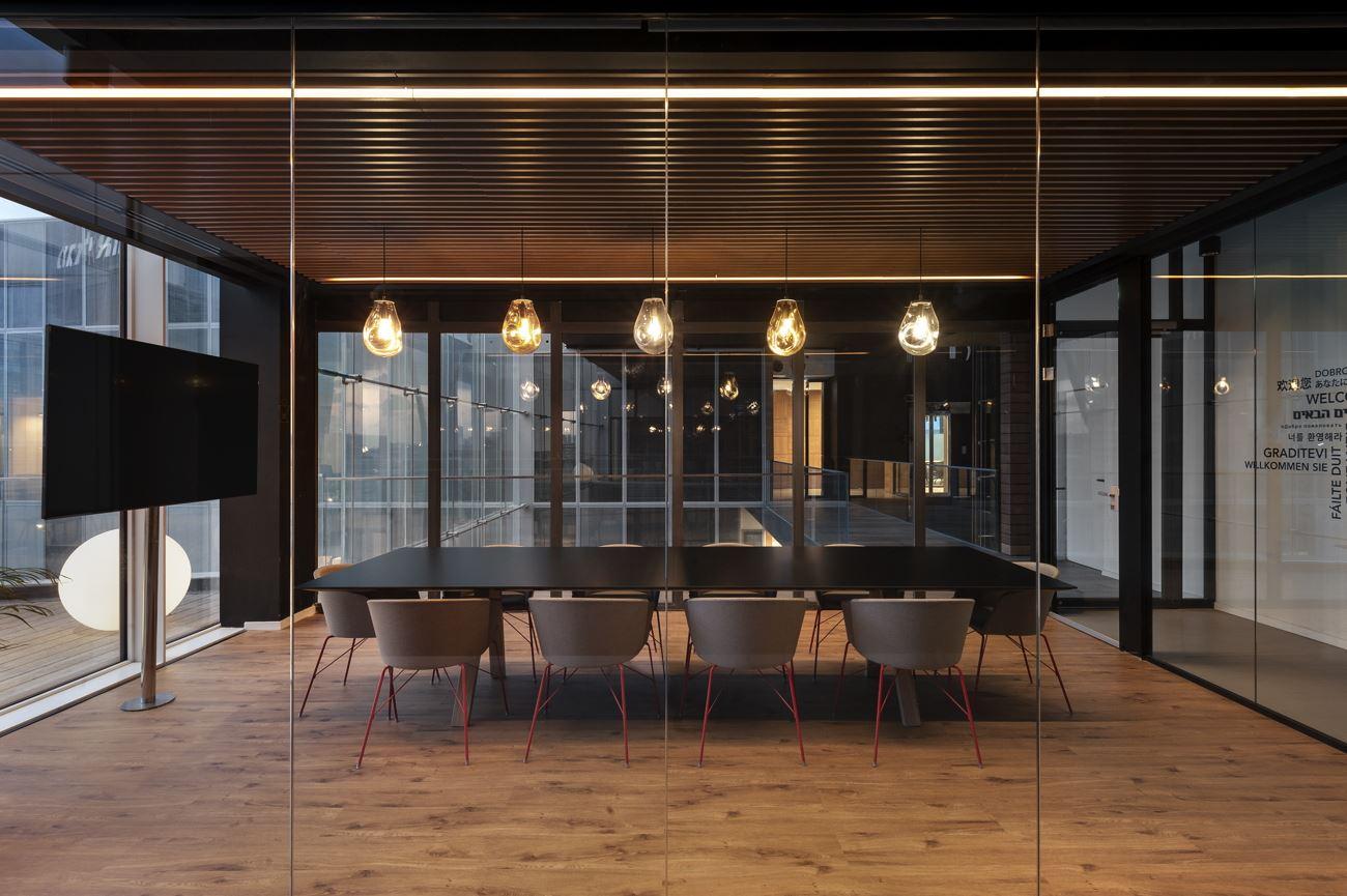Innovation Offices חדר ישיבות בעיצוב מיוחד של גוף תאורה הנעשה על ידי קמחי דורי