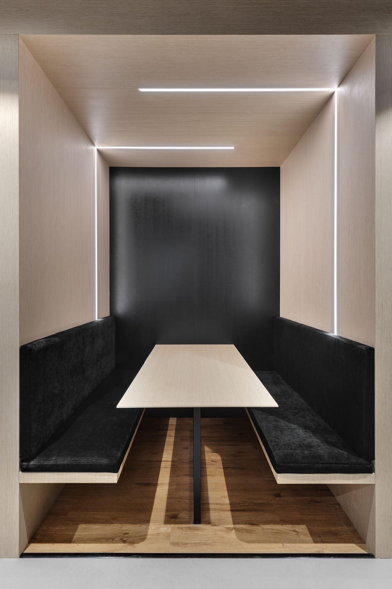 Innovation Offices קירות פינת הישיבה בתאורה מיוחדת הנעשה על ידי קמחי דורי