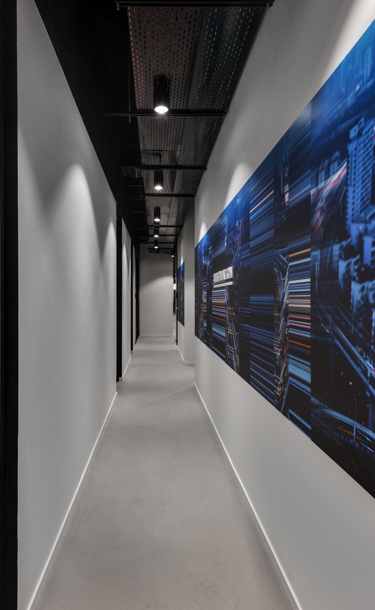 Innovation Offices גופי תאורה בתקרת המסדרון המשרד בעיצוב של קמחי דורי