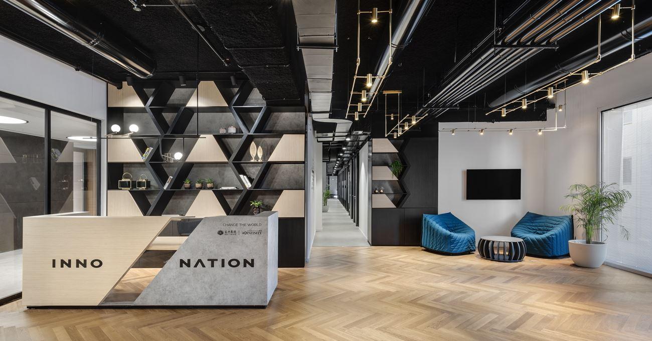 Innovation Offices לובי מואר בגופי תאורה מיוחדים בתכנון קמחי דורי