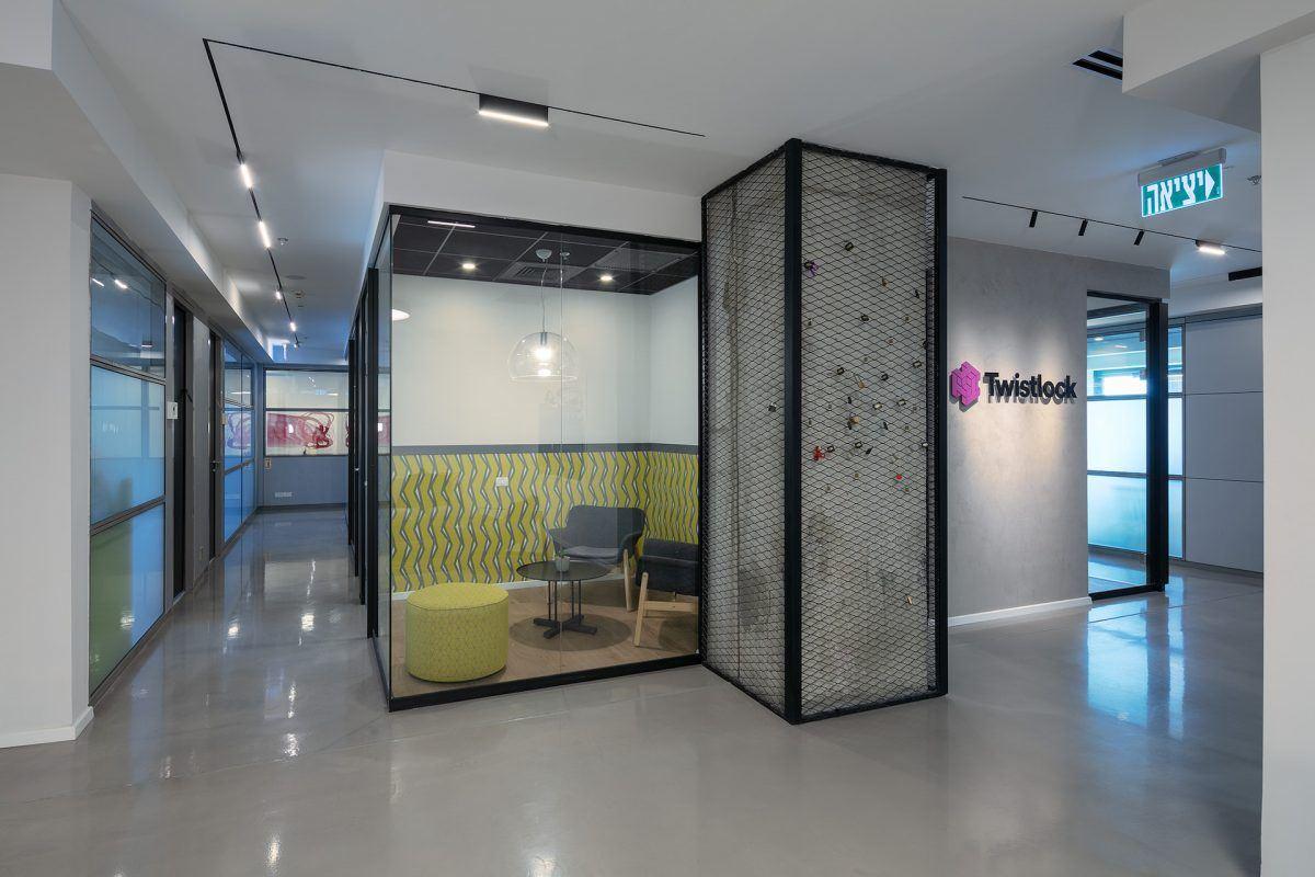 Twistlock Office Space גופי תאורה במסדרון ופינת הישיבה בתכנון קמחי דורי