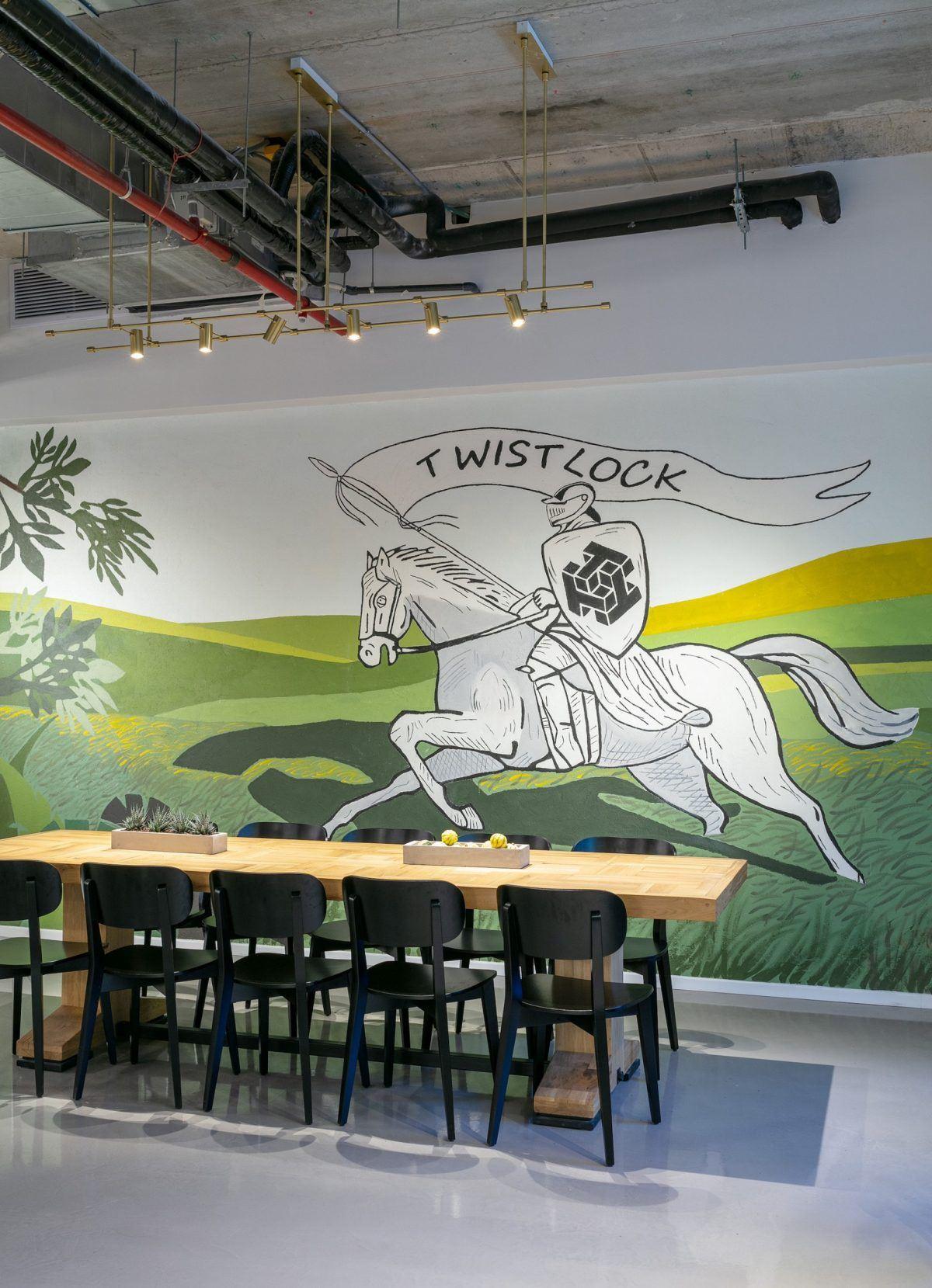 Twistlock Office Space גוף תאורה מיוחד מעל שולחן האוכל נעשה על ידי קמחי דורי