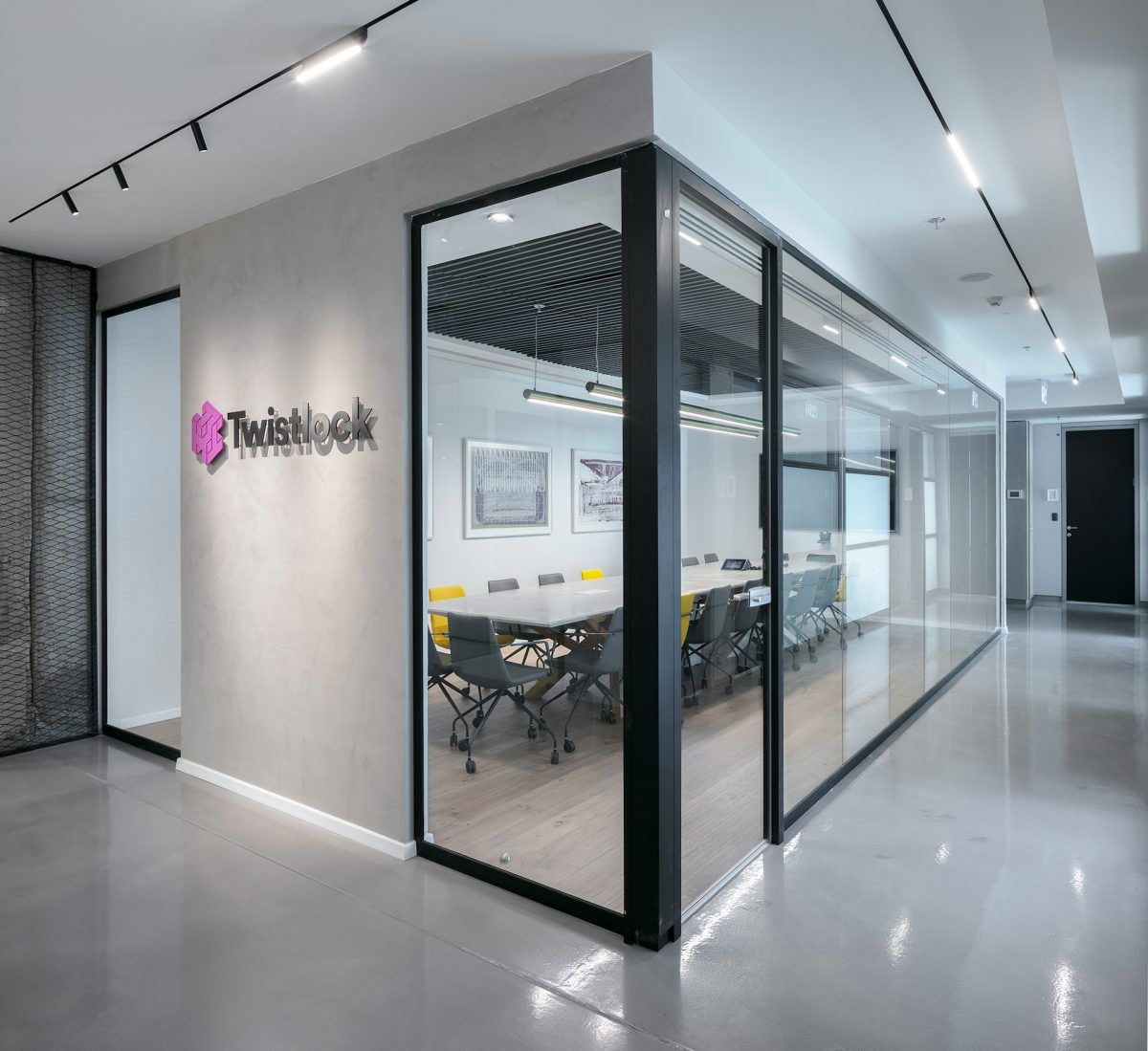 Twistlock Office Space מסדרונות מחוץ לחדר הישיבות מואר בתאורה מיוחדת בביצועו של קמחי דורי