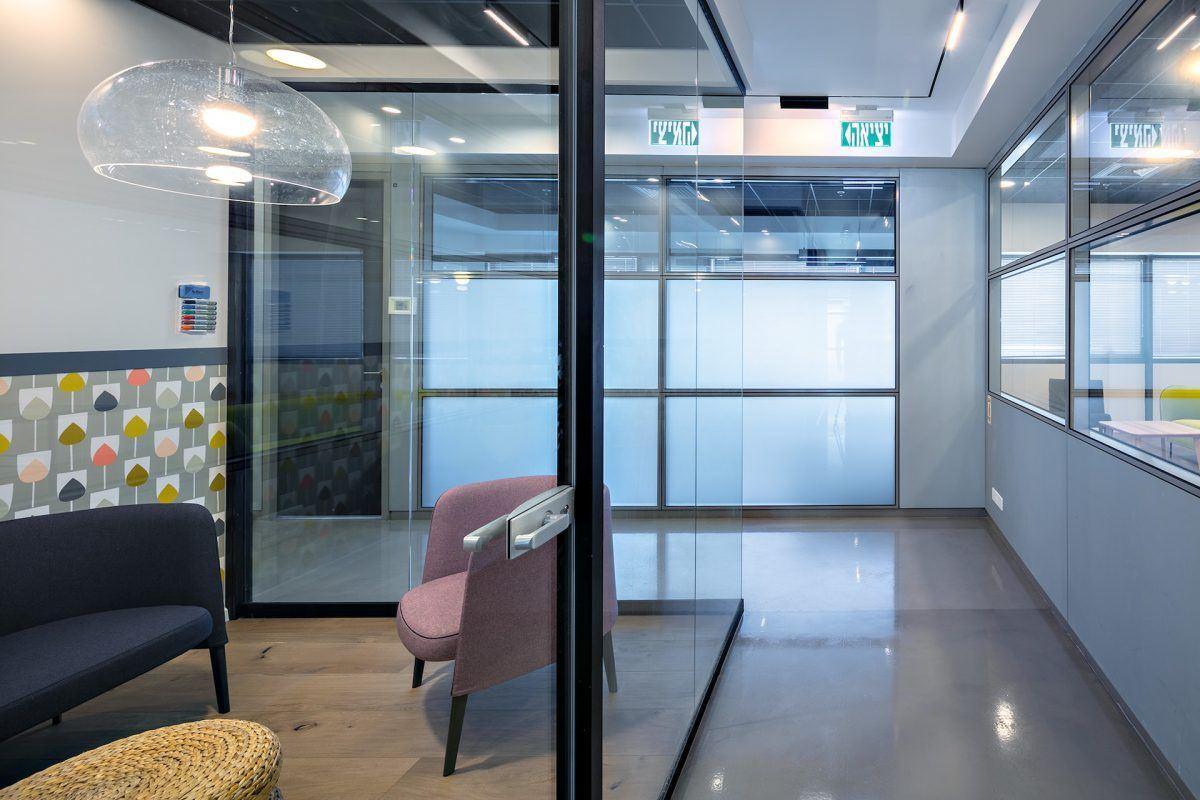 Twistlock Office Space גוף תאורה מיוחד בפינת הישיבה נעשה על ידי קמחי דורי