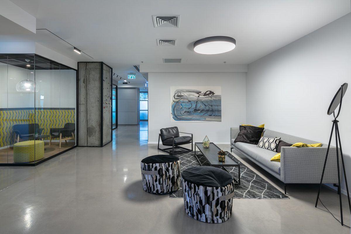 Twistlock Office Space גוף תאורה מיוחדת מעל פינת הישיבה במשרד בעיצובו של קמחי דורי