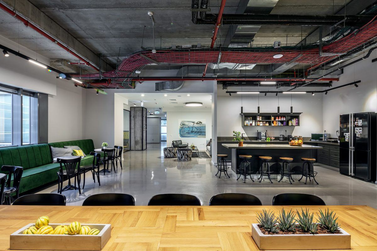 Twistlock Office Space עיצוב מיוחד של גופי תאורה במרחב המשרד נעשה על ידי קמחי דורי
