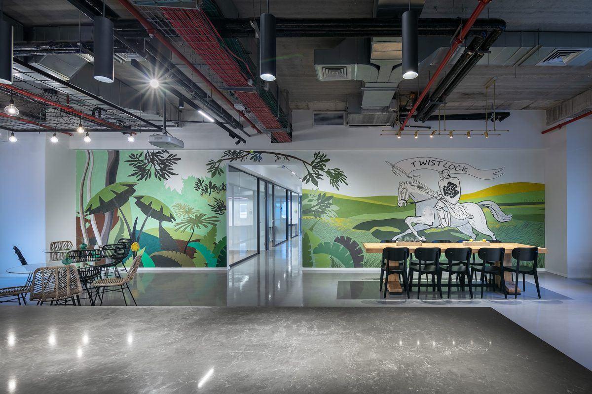 Twistlock Office Space תאורה מיוחדת מעל בר שולחן האוכל בתכנון קמחי דורי
