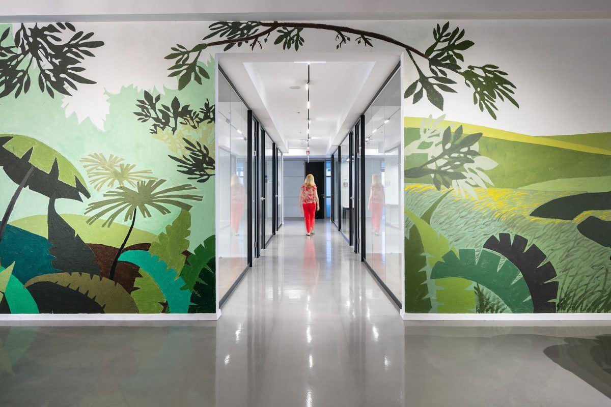 Twistlock Office Space גוף תאורה לאורך המסדרון נעשה על ידי קמחי דורי