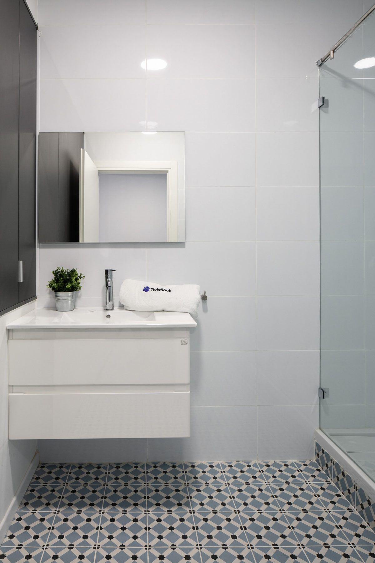 Twistlock Office Space גופי תאורה מעל כיור בחדר האמבטיה בביצוע של קמחי דורי