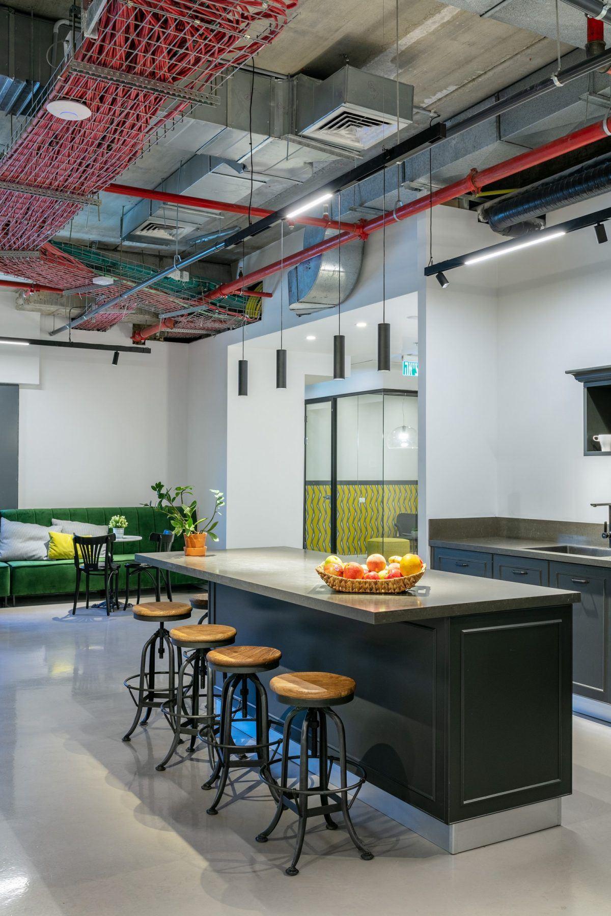 Twistlock Office Space תאורה מעל שולחן האוכל במטבח בביצועו של קמחי דורי