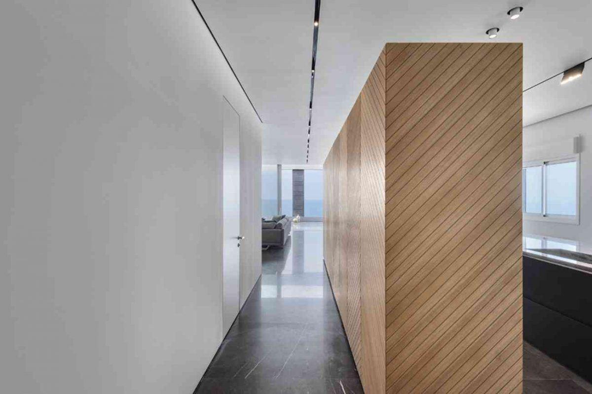 Vista – Netanya גוף תאורה בתקרת המסדרון לכיוון הסלון בעיצובו של קמחי תאורה