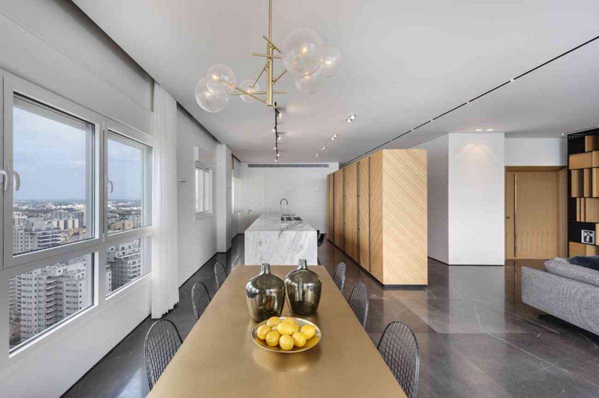 Vista – Netanya מבט משולחן האוכל על גופי התאורת הדירה בתכנון קמחי תאורה