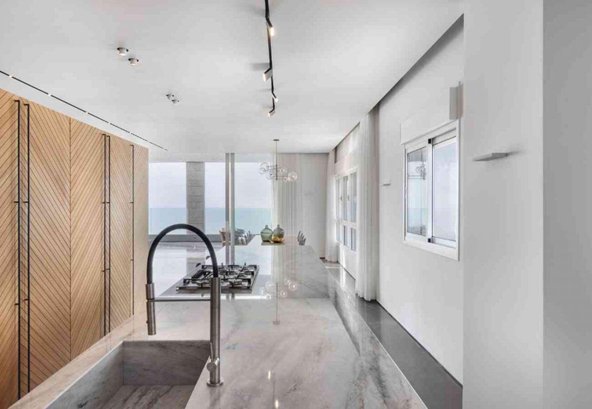 Vista – Netanya עיצוב גופי התאורה מעל מטבח הדירה נעשה על ידי קמחי תאורה
