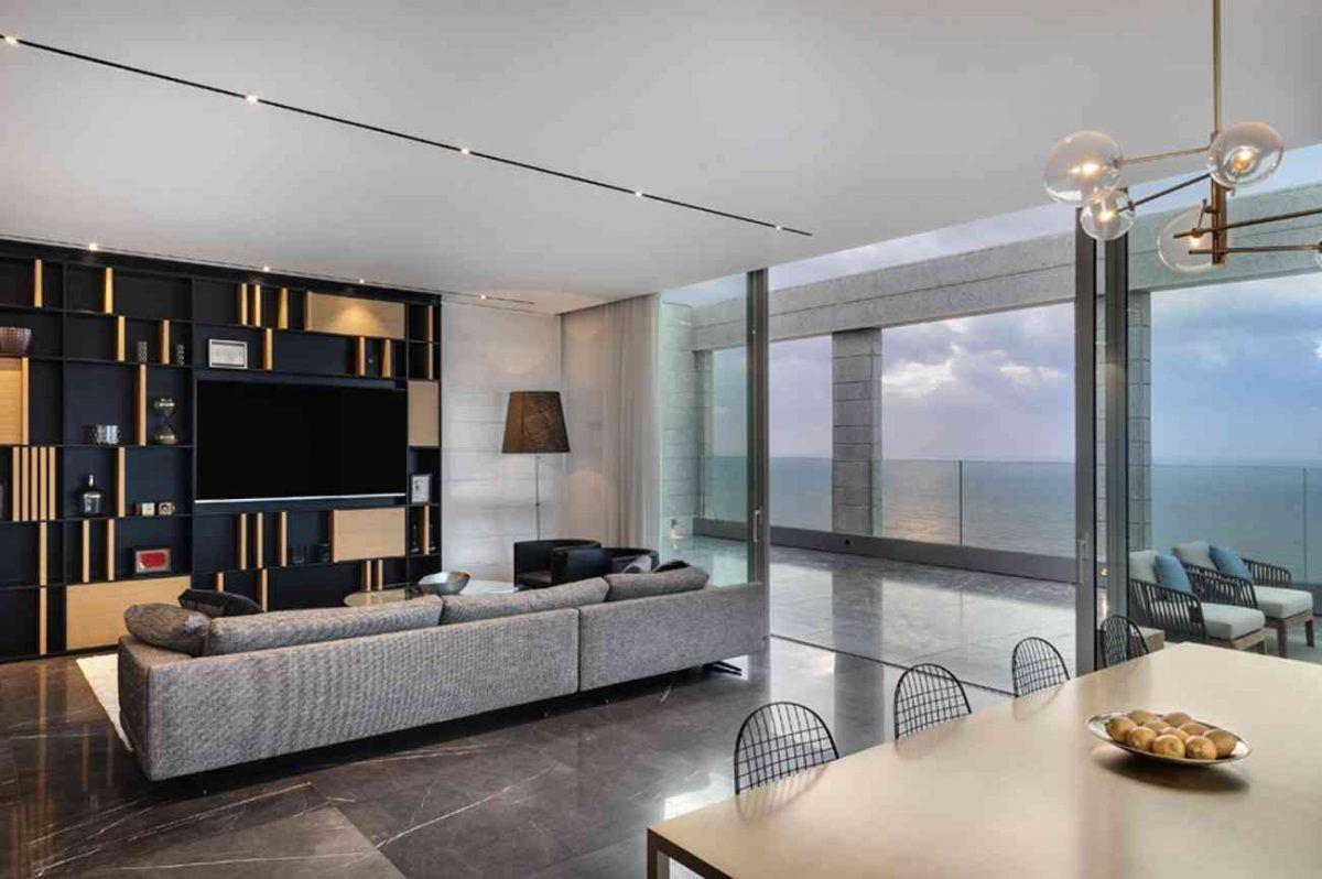Vista – Netanya מבט מדהים למרפסת עם גופי התאורה בסלון בעיצובו של קמחי תאורה