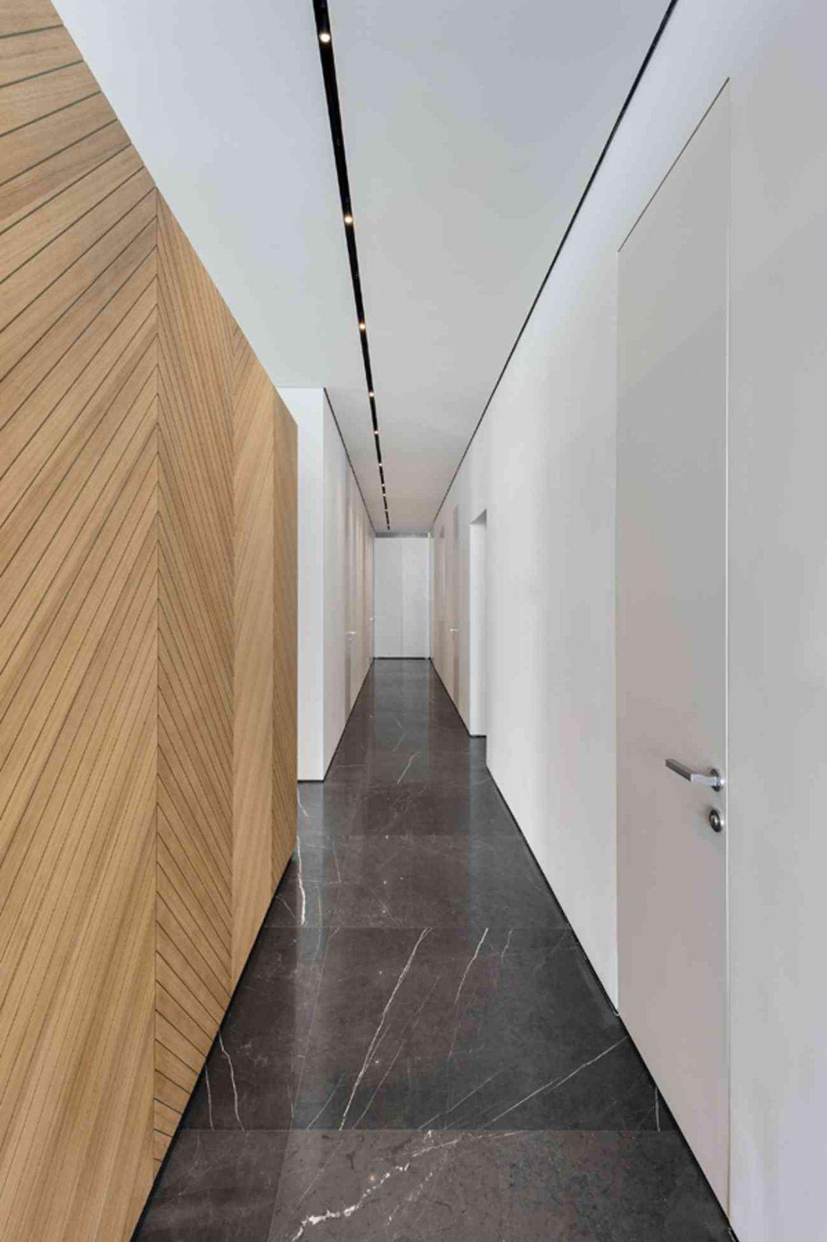Vista – Netanya גוף תאורה בתקרת מסדרון הכניסה לחדרים על ידי קמחי תאורה