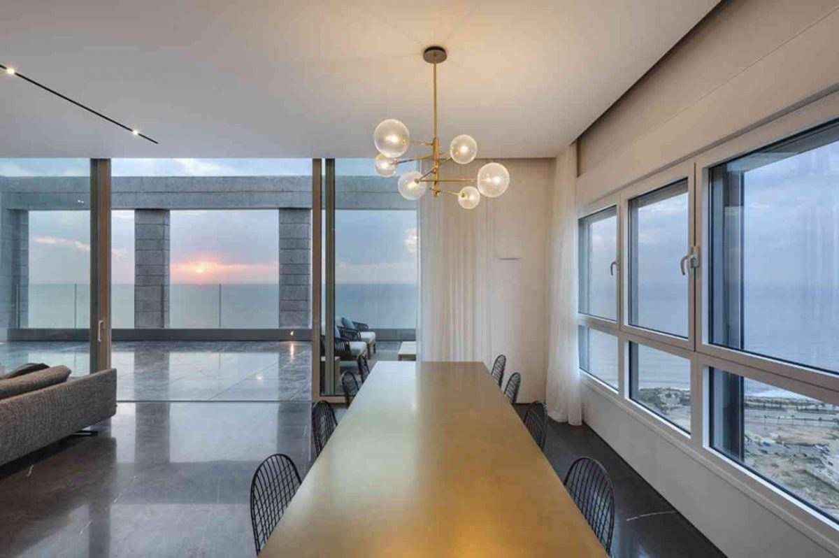 Vista – Netanya גוף תאורה מאיר על שולחן האוכל בתכנון קמחי תאורה