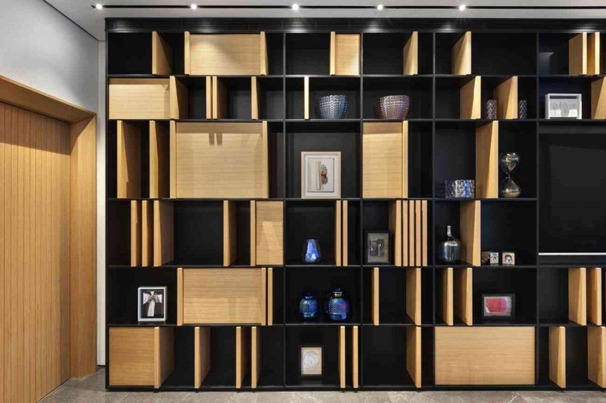Vista – Netanya קו תאורה בתקרה מאיר את ספריית הדירה בתכנון קמחי תאורה