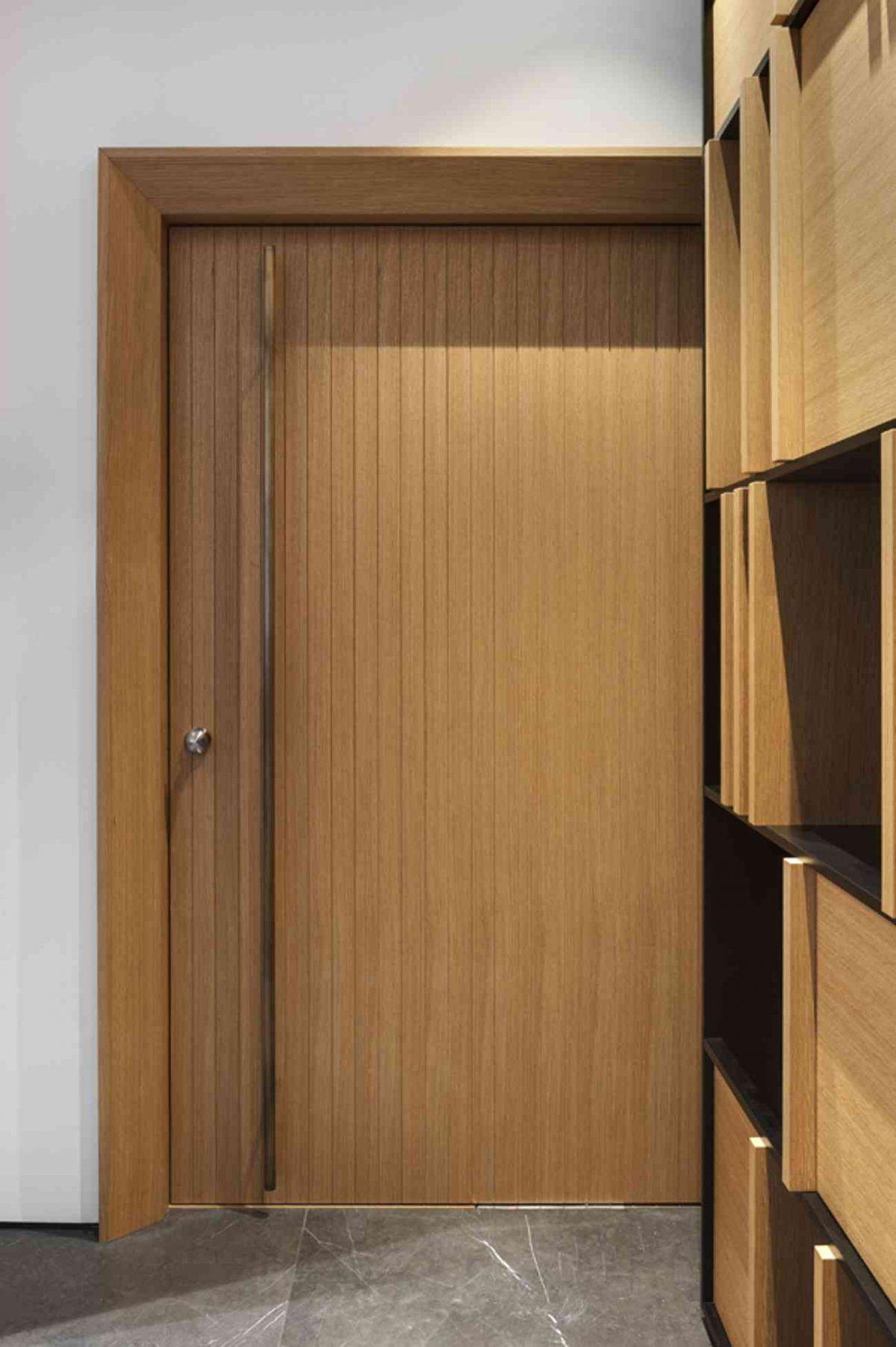 Vista – Netanya הקרנת גוף תאורה מעל דלת הכניסה בעיצובו של קמחי תאורה