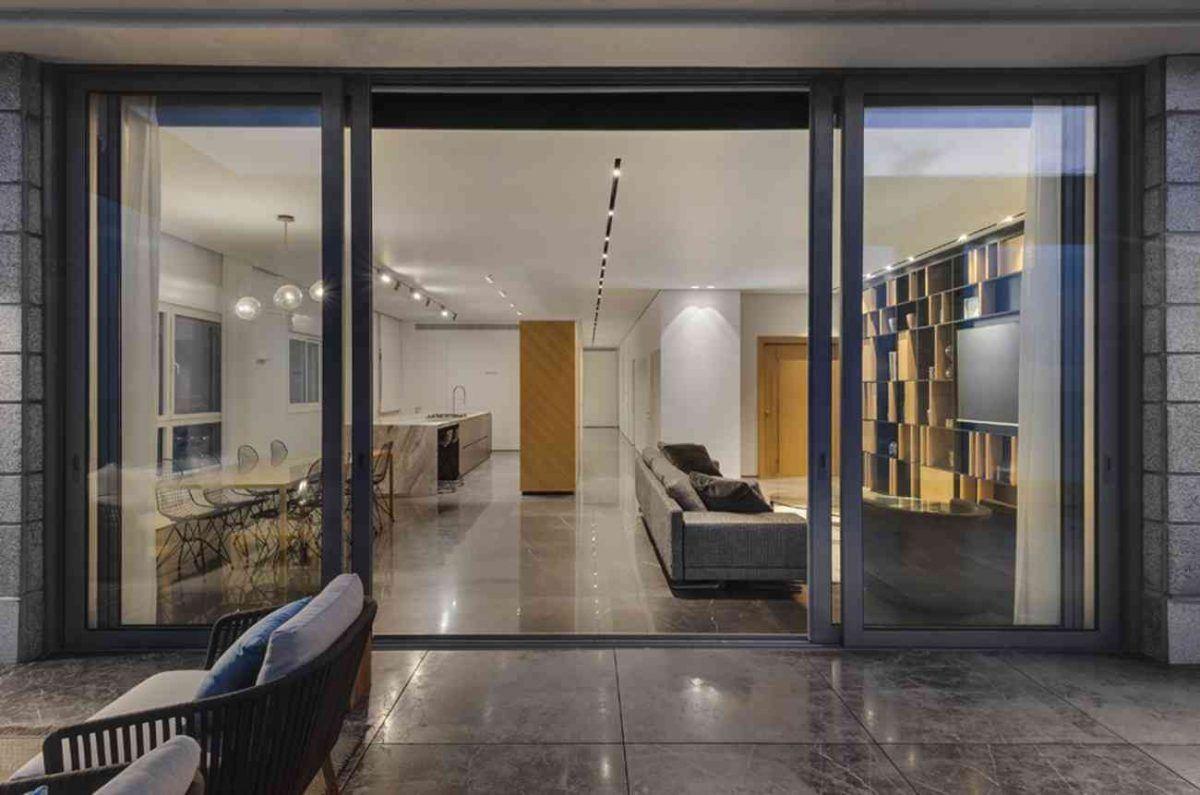 Vista – Netanya מרחב הדירה מוארת בגופי תאורה מבט מהמרפסת נעשה על ידי קמחי תאורה