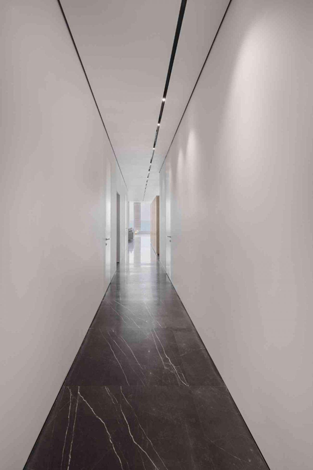 Vista – Netanya גוף תאורה בתקרה לכל אורך המסדרון נעשה על ידי קמחי תאורה
