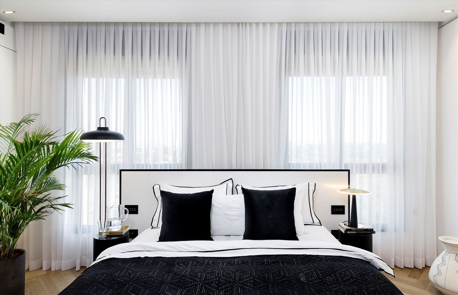 Penthouse - Petah Tikva גופי תאורה בצידי מיטת השינה נעשה על ידי דורי קמחי