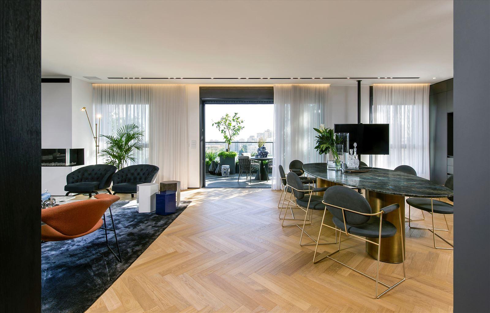 Penthouse - Petah Tikva גופי תאורה בתקרת הסלון מאירים את היציאה למרפסת בתכנון דורי קמחי