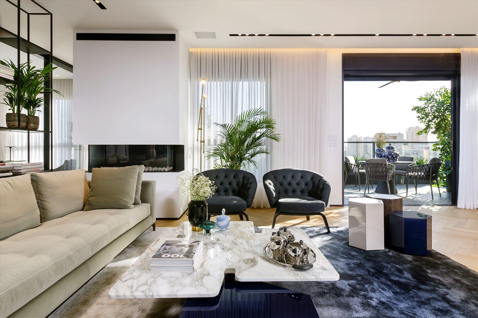 Penthouse - Petah Tikva גוף תאורה עומד המאיר את ספות הסלון נעשה על ידי דורי קמחי