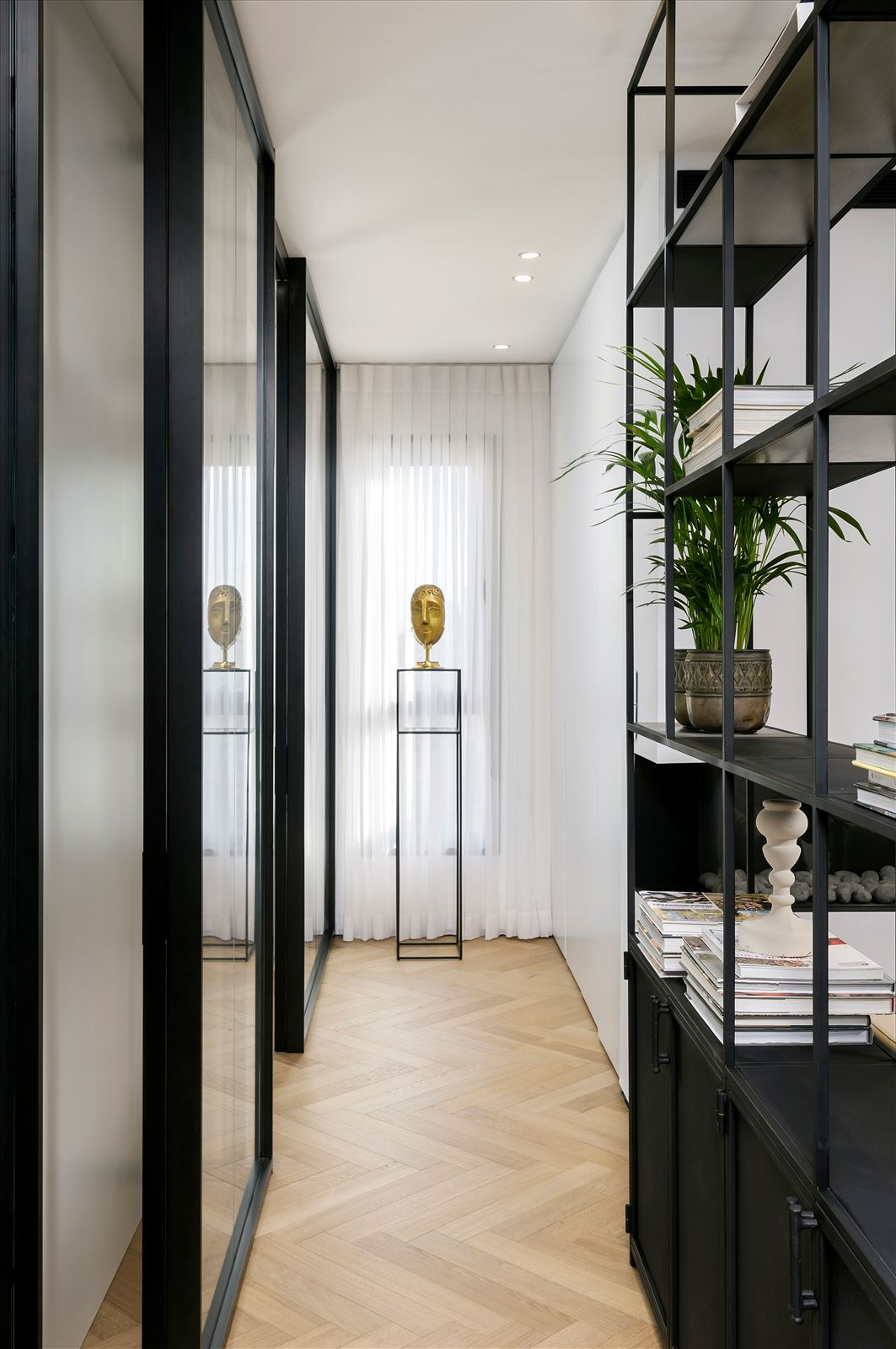 Penthouse - Petah Tikva מסדרון הדירה מואר בגופי תאורה מיוחדים בעיצובו של דורי קמחי
