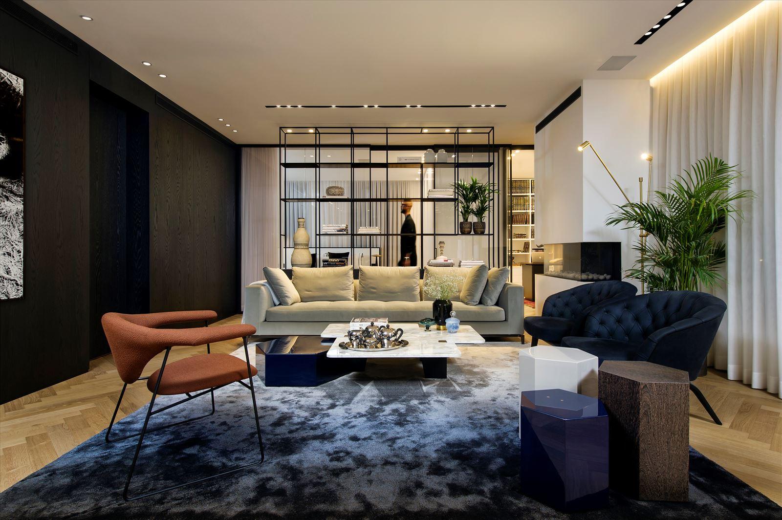 Penthouse - Petah Tikva מגוון גופי תאורה מאירים את חלל הדירה בעיצוב של דורי קמחי