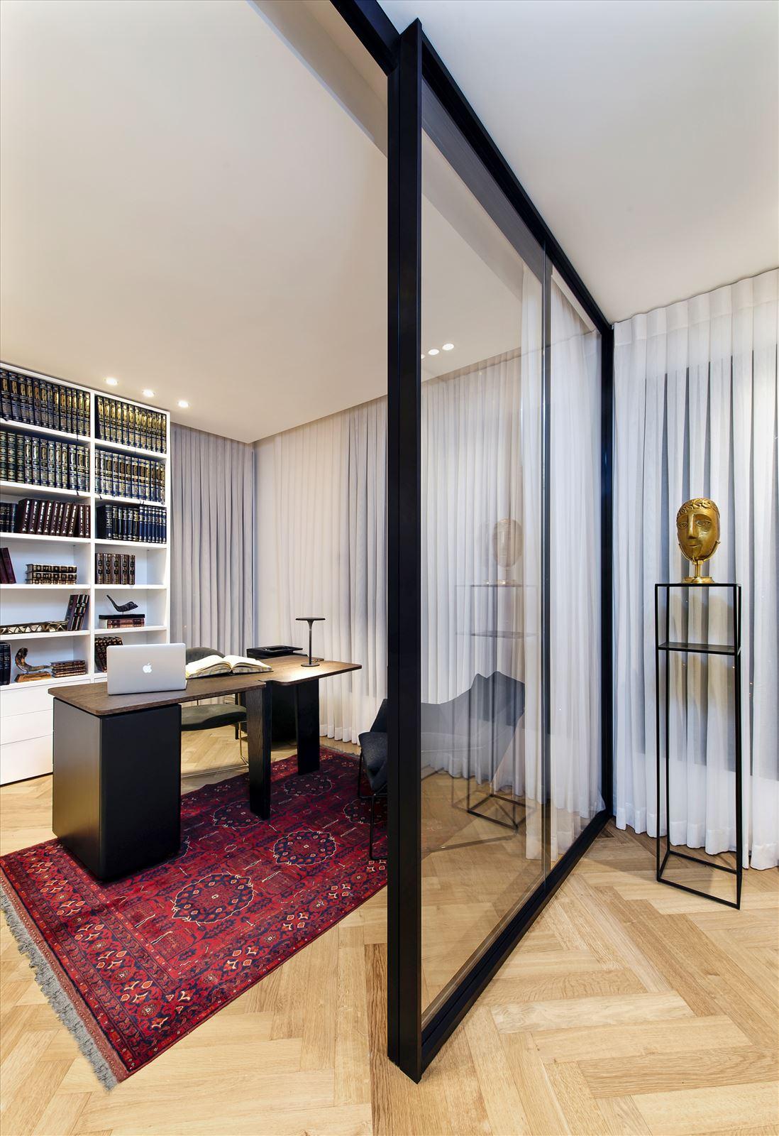 Penthouse - Petah Tikva חדר העבודה מואר בגופי תאורה מיוחדים בתכנון דורי קמחי