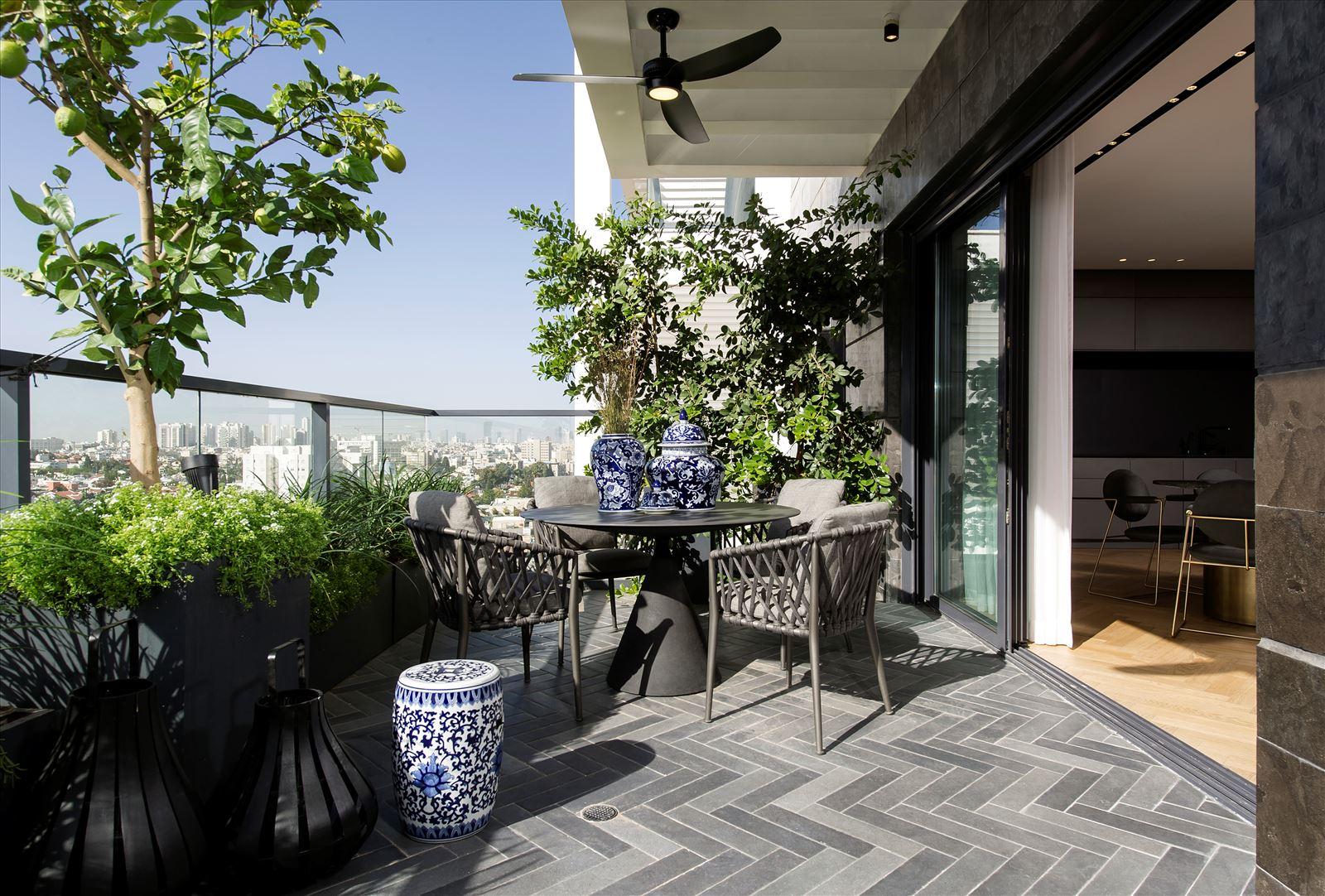 Penthouse - Petah Tikva עיצוב מרפסת הדירה בגופי תאורה מיוחדים בתכנון דורי קמחי