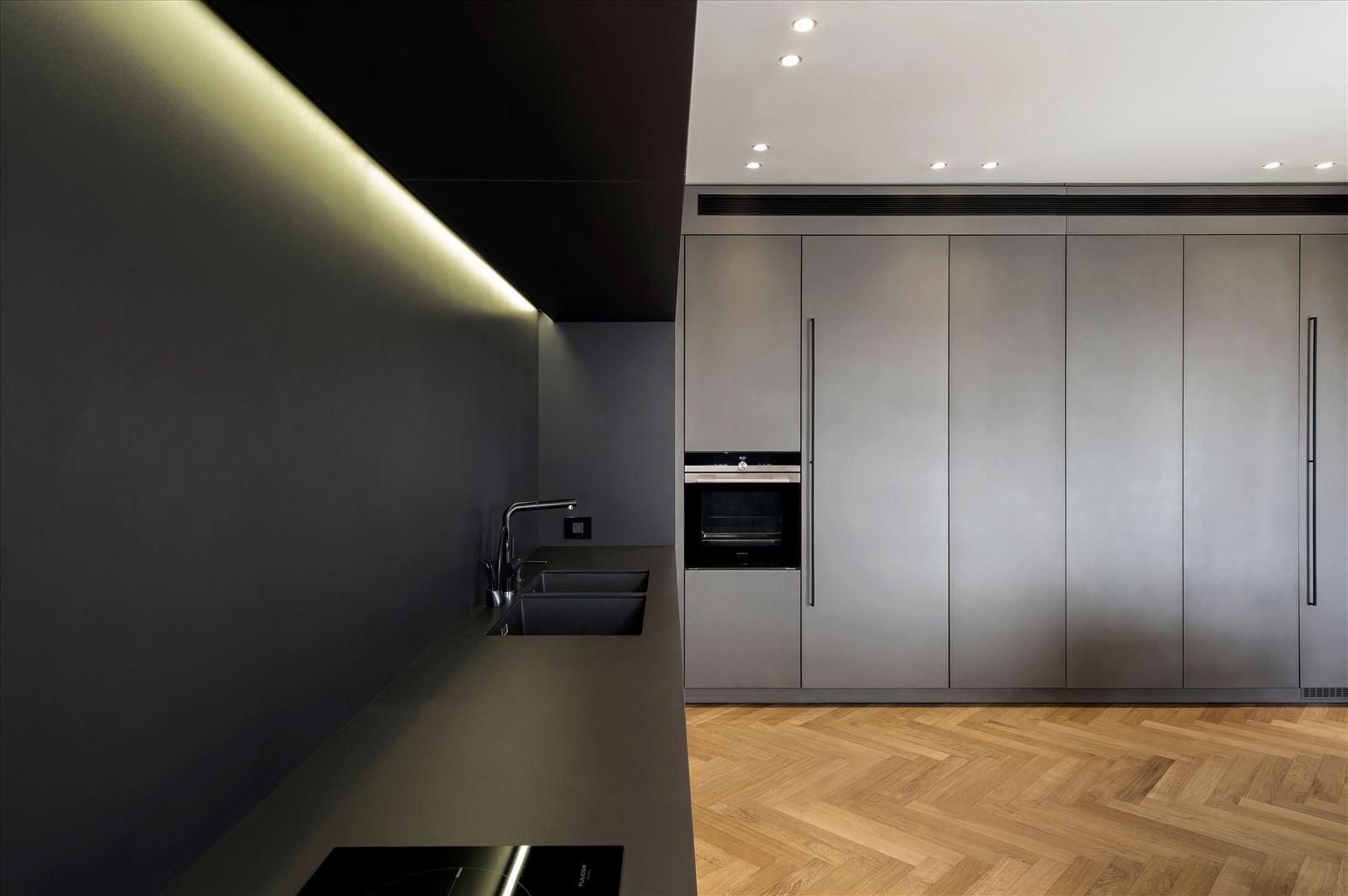 Penthouse - Petah Tikva משטח המטבח מואר בגוף תאורה מיוחד הנעשה על ידי דורי קמחי
