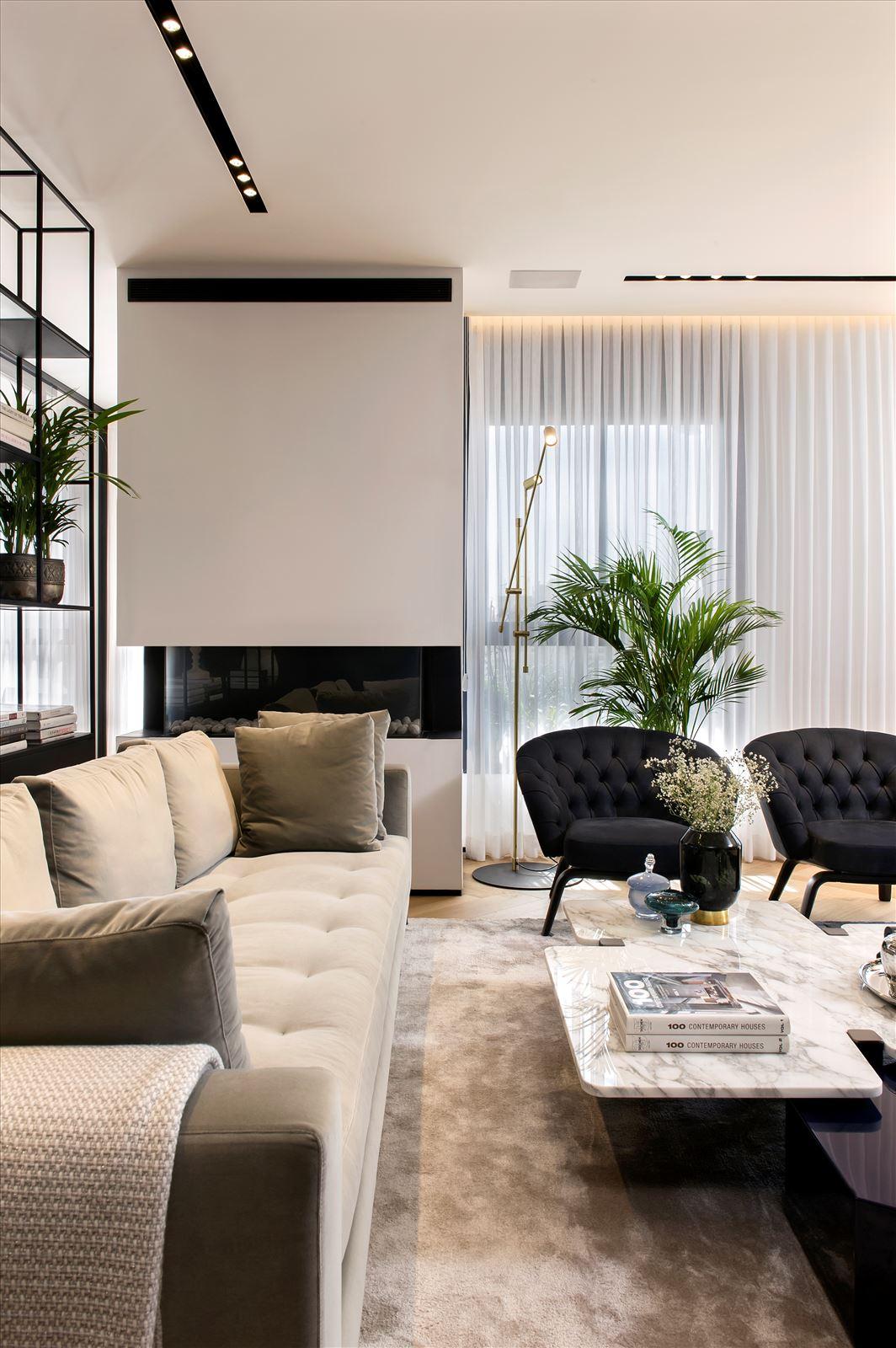 Penthouse - Petah Tikva גופי תאורה מעל ספות הסלון בתכנון דורי קמחי
