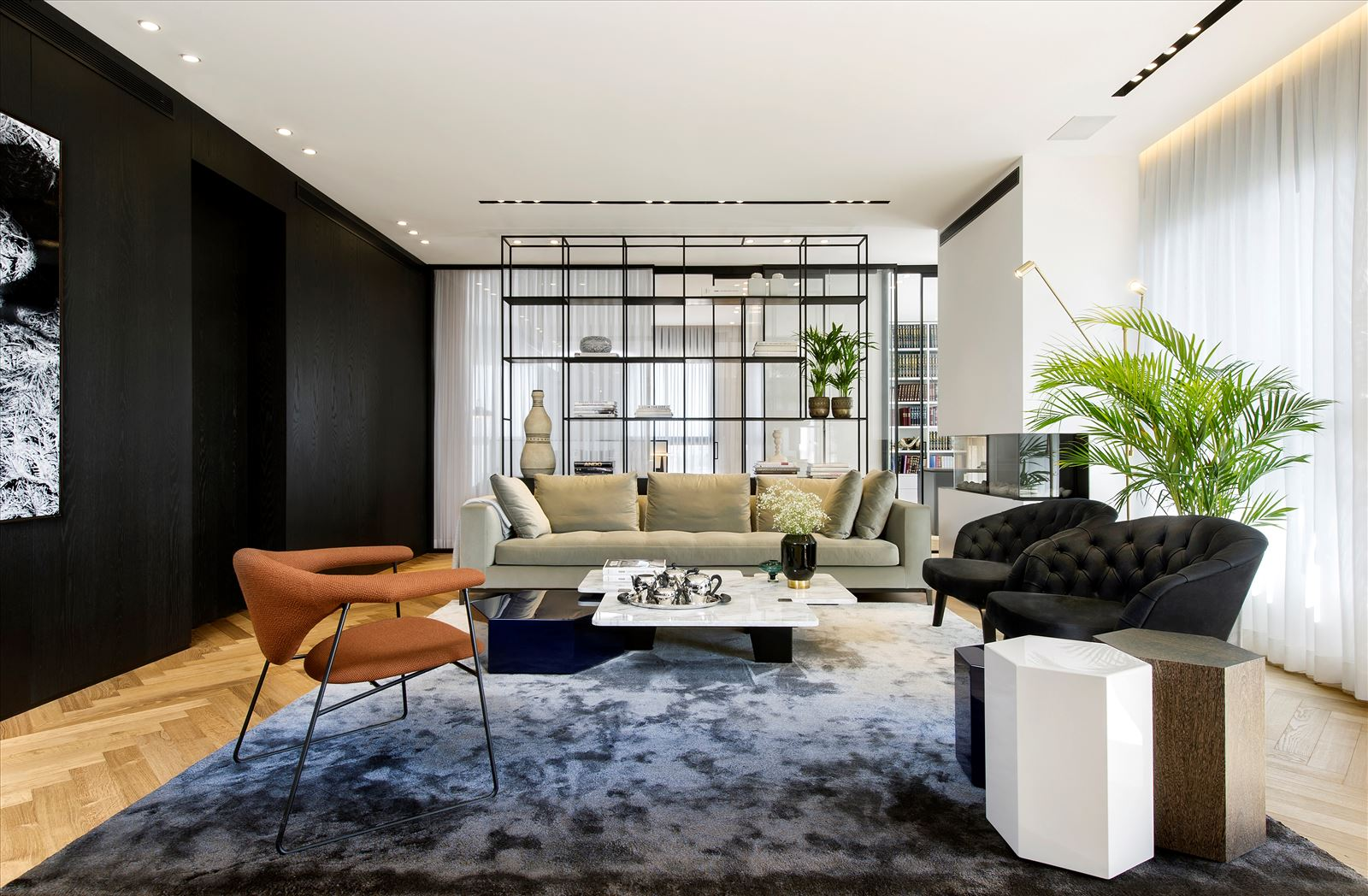 Penthouse - Petah Tikva חלל הסלון מואר במגוון גופי תאורה בעיצוב של דורי קמחי