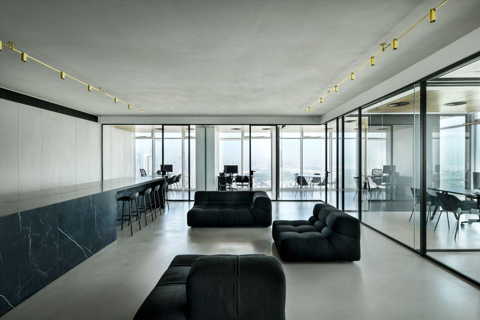 Divident office תכנון מיוחד של גופי תאורה מעל פינת הישיבה בעיצובו של קמחי תאורה