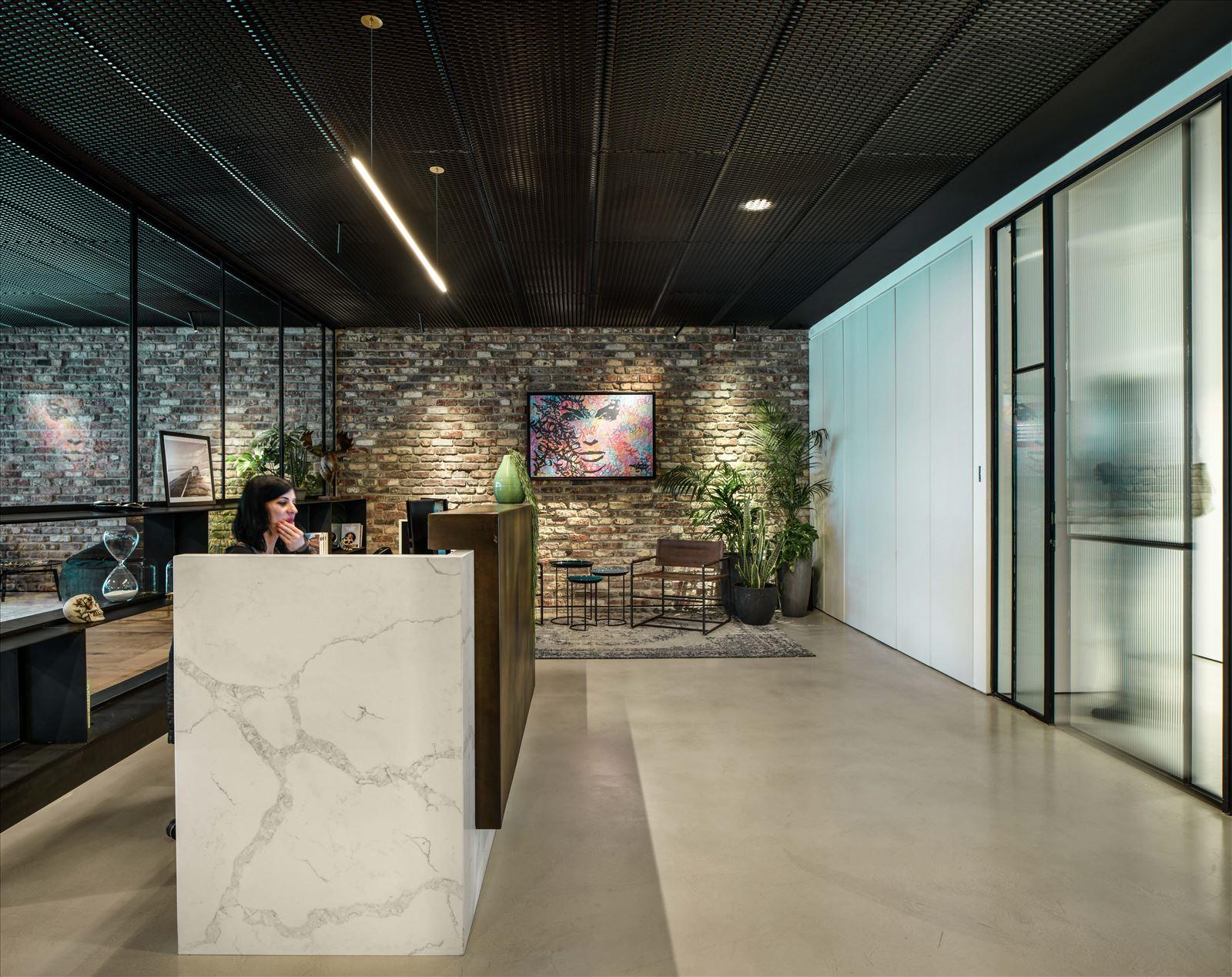 Arbitrage office גוף תאורה מעל דלפק המשרד נעשה על ידי דורי קמחי